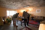 Flüchtlinge spielen Tischfussball im Aufenthaltsraum der Asylunterkunft in der Zivilschutzanlage in Buchrain. Da der Kanton Luzern mehr Asylsuchende aufgenommen hat als für 2016 erwartet, beantragt der Regierungsrat einen Nachtragskredit. (Bild: Roger Grütter / Neue LZ)