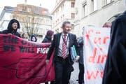Finanzdirektor Marcel Schwerzmann bahnt sich den Weg durch protestierende Gegner des Sparkurses. (Bild Manuela Jans-Koch/LZ)