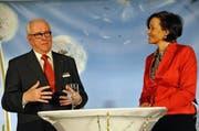 Moderatorin Gabriela Amgarten beim Abschiedsinterview mit dem langjährigen Bankleiter Theddy Frener. (Bild: Robert Hess)