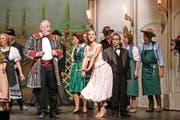 Mitglieder des Theaters Root bei der Hauptprobe für die Operette «Der Vetter von Dingsda». Bild: Manuela Jans-Koch (Perlen, 23. September 2016)