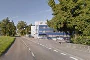 Bei der Liegenschaft Sagistrasse fuhr der Autofahrer den Velofahrer um und beging Fahrerflucht. (Bild Google Streetview)