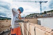 Florijan Gjergjaj (17) aus Emmenbrücke hat bei der Baufirma Schmid eine Maurerlehre begonnen. (Bild: Roger Grütter (Horw, 19. September 2017))