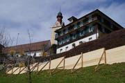 Die Stützmauer vor dem Gemeindehaus in Sattel. (Bild: PD)