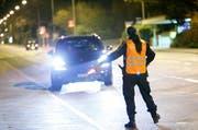 Eine Polizistin hält ein Auto an (Symbolbild). (Bild Stefan Kaiser)