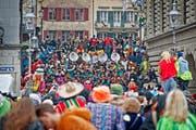150'000 Fasnächtler kamen an die Luzerner Fasnacht, 30'000 mehr als im Vorjahr. Im Bild: Fasnächtler auf der Rathaustreppe. (Bild: Pius Amrein / Neue LZ)