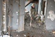 Mit einer Kalaschnikow bewaffnet: ein ukrainischer Soldat auf dem Kohleschachtareal Schachta Butowka bei Awdijiwka. (Bild: André Widmer (Awdijiwka, 15. März 2017))