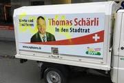 Mit gelber Farbe besprayt: Das Piaggio-Dreiradfahrzeug, das für den SVP-Stadtratskandidaten Thomas Schärli unterwegs ist. (Bild: PD)