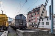 Im rosaroten Gebäude an der Güterstrasse wurde eine Wohnung von Unbekannten besetzt. (Bild: Nadia Schärli (Luzern, 3. Januar 2018))