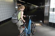 Die Fussgängerunterführung beim Bahnhof Luzern soll bis spätestens 2018 zu einem Velotunnel ausgebaut werden. (Bild: Archiv Neue LZ)