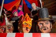 Von links: Silvan Heiler, Kilian Bieri und Pädi Stirnimann von der Borggeister Musig Roteborg auf ihrem Umzugswagen. (Bild: Eveline Beerkircher / Neue LZ)