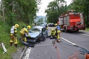 Die Feuerwehr Sarnen musste die 87-jährige Unfallverursacherin aus ihrem Fahrzeug bergen. (Bild: Kantonspolizei Obwalden)