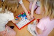 Kinder beim Spielen in einer Kita. (Symbolbild Archiv Zuger Zeitung)