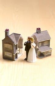 Kaufen Ehepaare eine Immobilie, so wird als Standard das Miteigentum angewandt, bei dem die Immobilie je zur Hälfte beiden Eheleuten gehört. Möchten Sie die Immobilie übernehmen, müssen Sie Ihren Ex-Mann entschädigen.
