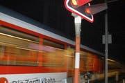 Ein Zug der Zentralbahn bei einem bewachten Bahnübergang. (Bild: Markus von Rotz / Neue OZ)