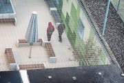 Zwei Männer warten im Flughafengefängnis in Kloten auf ihre Ausschaffung. (Symbolbild: Christian Beutler/Keystone)