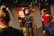 Grosses Theater mit kleinen Gesten: Choreograf Kinsun Chan machts an der Bar des UG seinem Ensemble vor (rechts Tänzerin Chiara del Borgo). (Bild Roger Grütter)