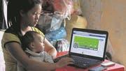Eine eigene Homepage und ein eigenes kleines Treckingunternehmen: die 22-jährige Chan und ihre Tochter in Sapa. Sie gehören zum Volk der Schwarzen Hmong. (Bild: Foto: Anemi Wick)
