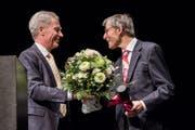 Rektor Bruno Staffelbach (links) beglückwünscht seinen Vorgänger Paul Richli zum Erhalt des Ehrensenator-Titels. (Bild: PD)