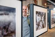 Der Fotograf Lorenz Andreas Fischer mit einigen seiner Bilder an der Fotowerkschau in der Kornschütte Luzern. (Bild: Nadia Schärli (Luzern, 20. Februar 2018))