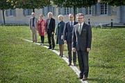 Lohndeckel gilt bereits ab Anfang 2016: Der Luzerner Stadtrat mit Stefan Roth, Martin Merki, Manuela Jost, Adrian Borgula, Ursula Stämmer und Stadtschreiber Toni Göpfert (von rechts). (Bild: Pius Amein / Neue LZ)