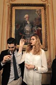 Bordeaux-Weine gehören nach wie vor zu den begehrtesten Spitzenprodukten der Branche. Im Bild Gäste einer Primeur-Degustation Anfang April im französischen Departement Gironde. (Bild: Keystone/Taris Philippe)