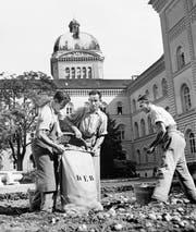 Anbauschlacht: Kartoffelernte beim Bundeshaus im Jahr 1944. (Bild: Photopress-Archiv/Keystone)