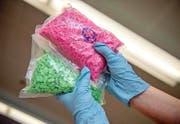 Beschlagnahmte Ecstasy-Pillen. (Bild: EPA/Alecander Heinl)