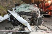 Die ungeheuerliche Wucht hat das Auto zur Unkenntlichkeit deformiert. (Bild: Kantonspolizei Nidwalden)