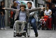 Hauptdarsteller Leonardo Nigro und Alessio Boni (im Rollstuhl) beim Dreh in der Luzerner Altstadt. (Bild Chris Iseli/Neue LZ)