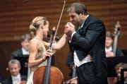 Ein Küsschen für die Dame: Chefdirigent Daniele Gatti und Cellistin Sol Gabetta im KKL. (Bild: PD/Lucerne Festival/Priska Ketterer)