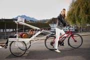Model Nadine Strittmatter zieht Luzerner Musiker Johnny Burn durch Luzern. (Bild: Renato Regli/SolidarMed)