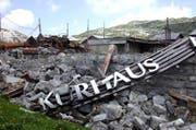 Die Brandruine des Hotels Kurhaus im April 2004. (Bild Robert Hess/Neue OZ)