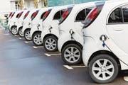 Der Saft ist draussen: Die Elektroautos warten auf Käufer. (Bild: Javier Larrea / Getty Images (9.2.2017))