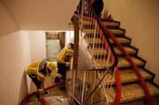 Die Feuerwehr pumpt das Wasser aus dem gefüllten Untergeschoss ab. (Bild FFZ)