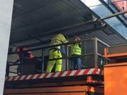 Spezialisten der VBL reparieren die Fahrleitung. (Bild: Charleen Bretteville (Luzern, 26. Juli 2017))