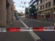 Die Dorfstrasse war am Mittwochnachmittag für die Spurensicherung abgesperrt. (Bild: Zuger Polizei (Baar, 16. August 2017))