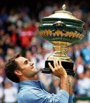 Schon zum neunten Mal stemmt Roger Federer den Pokal in Halle in die Höhe. (Bild: Tyler Larkin/EPA (Halle, 25. Juni 2017))