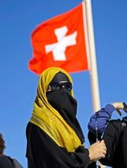 Braucht es ein schweizweites Burkaverbot? Im Bild eine Touristin mit Nikab-Schleier auf dem Jungfraujoch. (Bild: Keystone/Marcel Bieri)