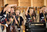 Nachwuchsschwinger rappen für eine Radio- und TV-Sendung in der Schwinghalle Rothenburg. (Bild Corinne Glanzmann)