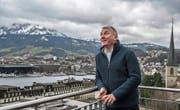 Ruedi Heim (50) auf der Terrasse der Landeskirche, mit Blick aufs Luzerner Seebecken. (Bild: Nadia Schärli (3. Januar 2018))