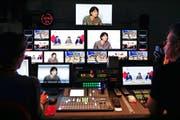 Mehr Berichte über andere Sprachregionen: Medienministerin Doris Leuthard, hier auf Bildschirmen des Regieraums des Schweizer Fernsehens, nimmt die SRG in die Pflicht. (Bild: Keystone/Peter Klaunzer)