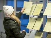 Junge Arbeitslose informiert sich im Regionalen Arbeitsvermittlungszentrum (Archiv) (Bild: KEYSTONE/PETER KLAUNZER)
