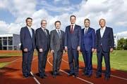 Für das neue Luzerner Regierungsratsfoto posiert das Gremium auf der Laufbahn der Kanti Alpenquai. Von links: Staatsschreiber Lukas Gresch, Robert Küng (FDP), Marcel Schwerzmann (parteilos), Regierungspräsident Reto Wyss (CVP), Guido Graf (CVP) und Paul Winiker (SVP). (Bild: PD)