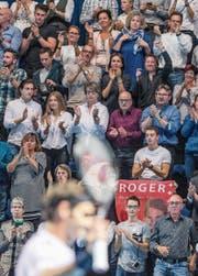 Auch gestern: zufriedene Federer-Fans in der ausverkauften St.-Jakobs-Halle. Bild: Alexandra Wey/Keystone (Basel, 28. Oktober 2017) (Bild: Alexandra Wey/Keystone (Basel, 28. Oktober 2017))