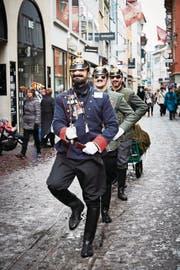 Bismarck-Soldaten marschieren durch die Luzerner Altstadt. (Bild: Jakob Ineichen (Luzern, 12. Februar 2018))