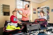Seine Kinder Sven und Aline halfen dem Masseur Thomas Rymann beim Packen der Koffer für die Reise an die Olympiade in Brasilien. (Bild Philipp Schmidli)