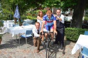 Uwe Heller (links), Lilo Fuchs und Mario Waldispühl verabschieden ihren Chef Fabian Fuchs. Der ehemalige Radrennprofi will die Welt bereisen, das Trio übernimmt die Geschäftsleitung der «Krone» in Blatten. (Bild: PD/Marcel Zürcher)