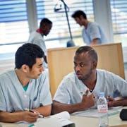 Sonam Wangyal Manangtgang (links) und Omer Ibrahim haben sich in einem Vorkurs auf eine Ausbildung in der Pflege vorbereitet. (Archivbild Pius Amrein)