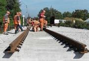 Gleisarbeiter reparieren die abgesenkten Gleise in Rastatt. (Bild: Uli Deck/Keystone (22. September 2017))