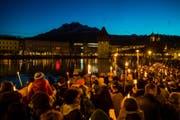 Die Menschen versammelten sich am frühen Silvesterabend rund um die Reuss für eine christliche Lichterfeier. (Bild: Philipp Schmidli/LZ)